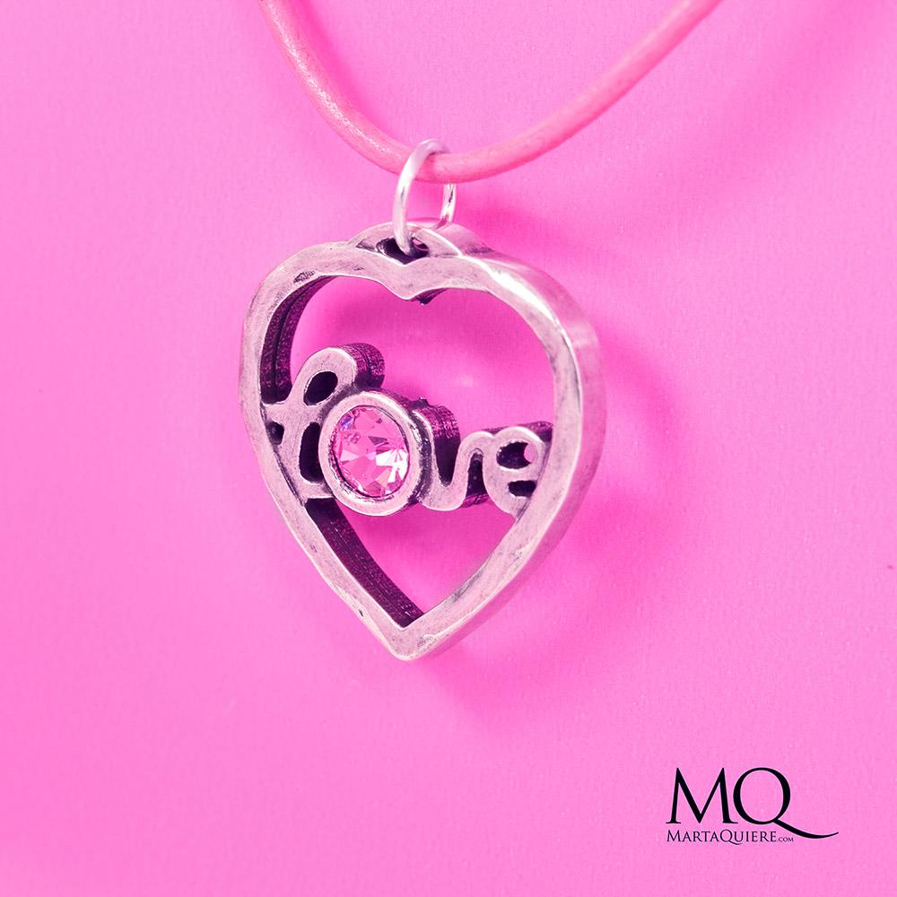 """""""Love"""" Martaquiere. Alta bisutería artesanal. Colgante de metal con brillante de swarovski Cordón de cuero rosa. Color rosa y plata. Se puede comprar en www.martaquiere.com"""