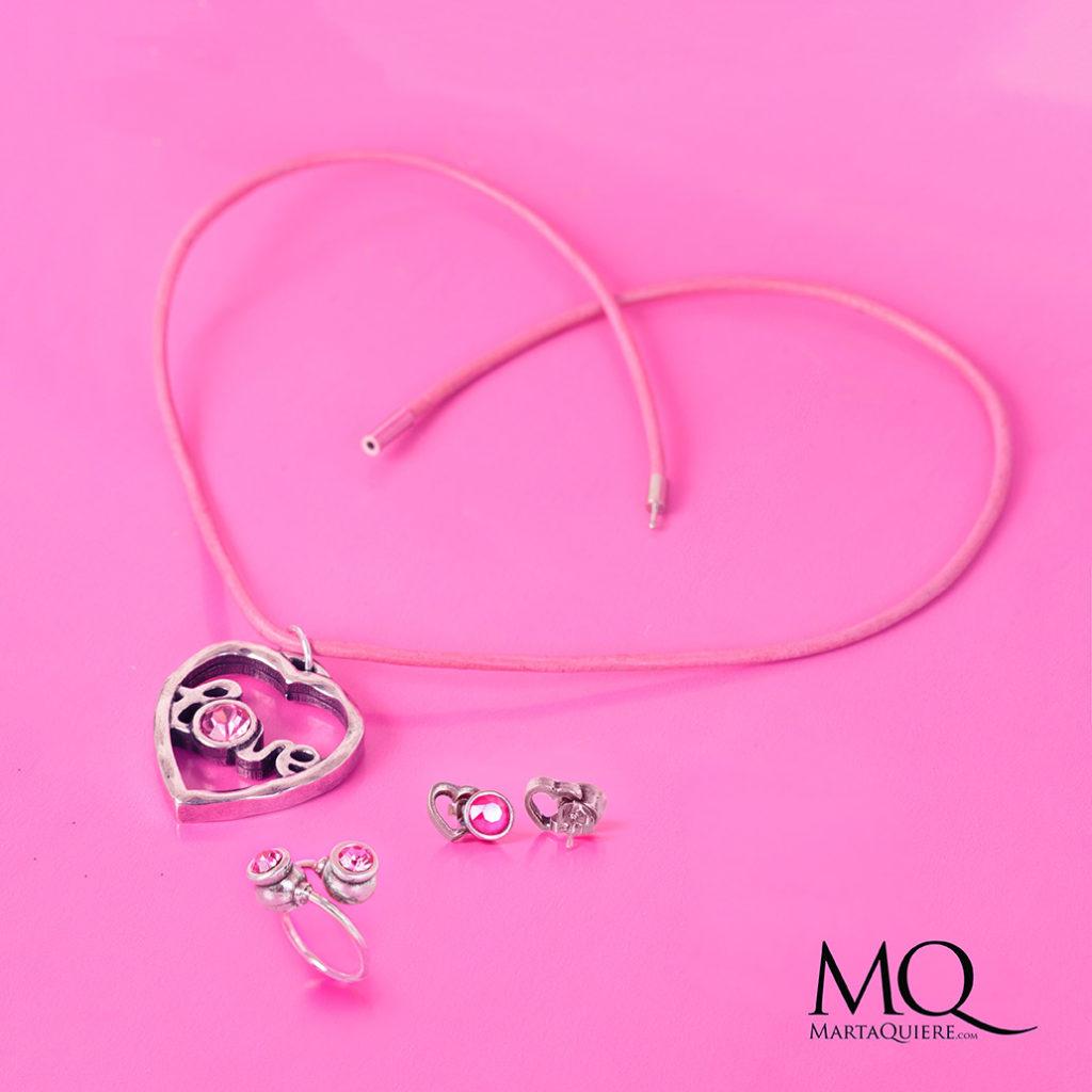 Martaquiere. Alta bisutería artesanal. Piezas de bisutería de metal con brillantes de swarovski color rosa y plata. Se puede comprar en www.martaquiere.com