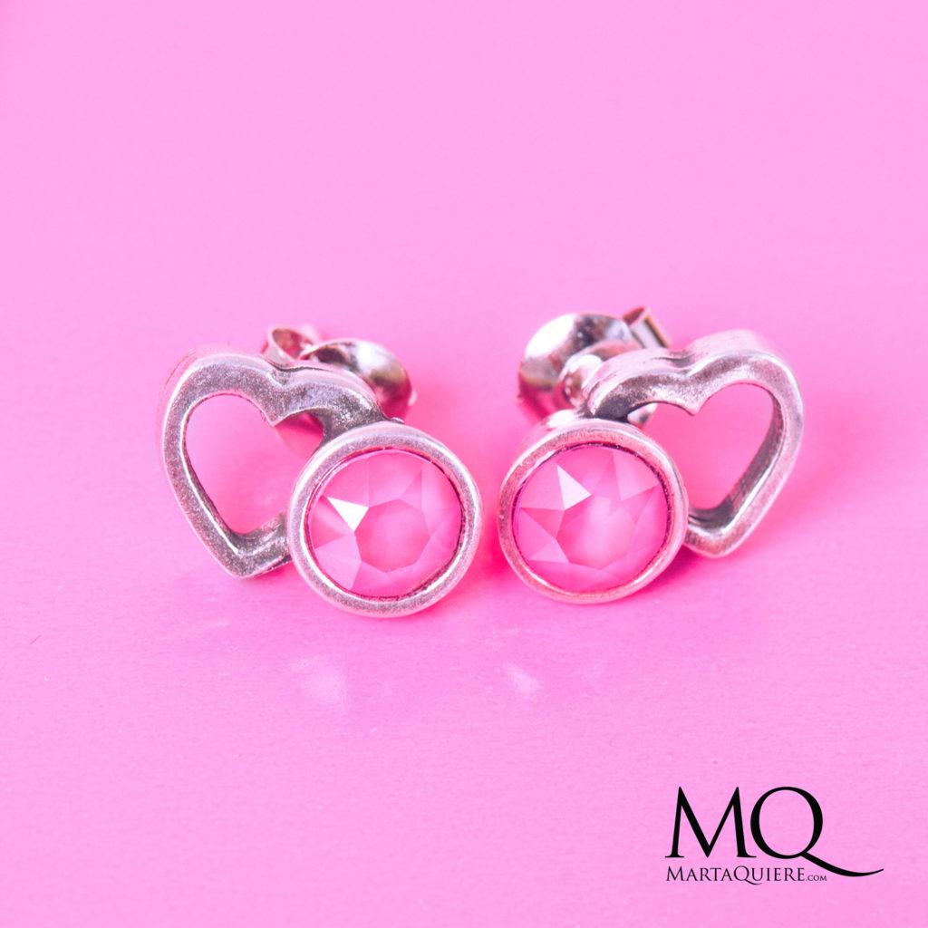"""""""Ti amo"""" Martaquiere. Alta bisutería artesanal. Pendientes de metal con brillantes de swarovski Color rosa y plata. Se puede comprar en www.martaquiere.com"""